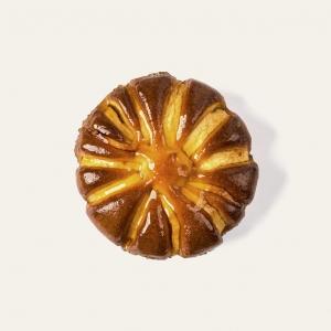 Tipica torta casalinga, soffice, guarnita con mele.